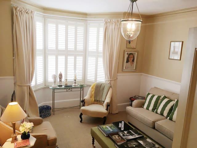 Sunny Surrey Apartment