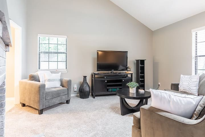Spacious 3 br/2ba 1 min to KUmed 2 min to downtown