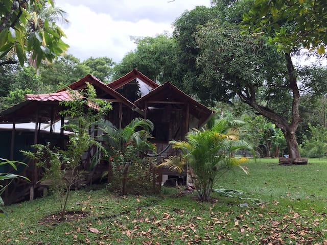 Hermosa casa en medio de una finca al lado del rio