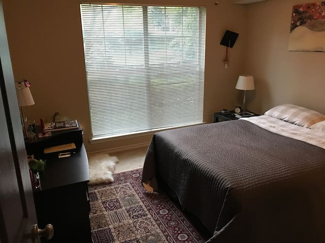 Private bedroom and bathroom in middle of Tysons..