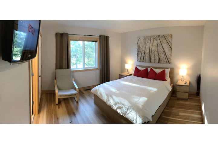 Large 132 sq ft upper bedroom facing west toward the golf course. Equipped with walk-in closet, TV with cable and Netflix, and 4 piece en suite. (October 14, 2018)