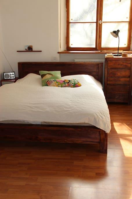 Schlafzimmer zum Innenhof, mit TV, eigenem Bad und WC