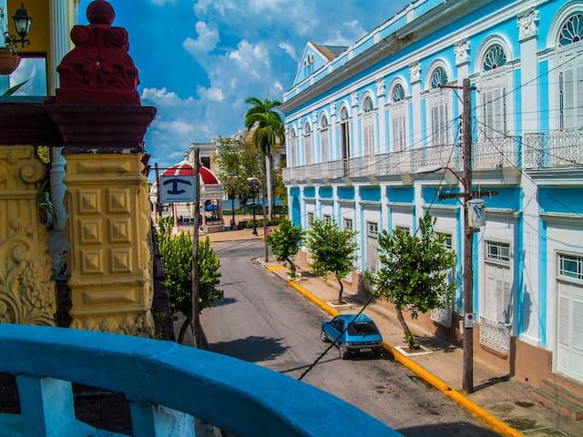 View from the balcony towards the heritage area of Cienfuegos./ Vista desde el balcón hacia la zona patrimonial de Cienfuegos.