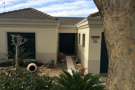 Spacious, private room in security complex - Kaapstad - Huis