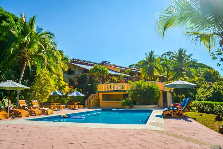 STUNNING BEACH-FRONT PROPERTY ON 75-ACRE PRESERVE - Provincia de Puntarenas - House