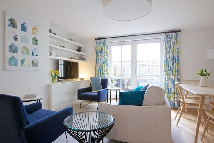 Newly Refurbished 2 Bedroom Mews House with Private Garden