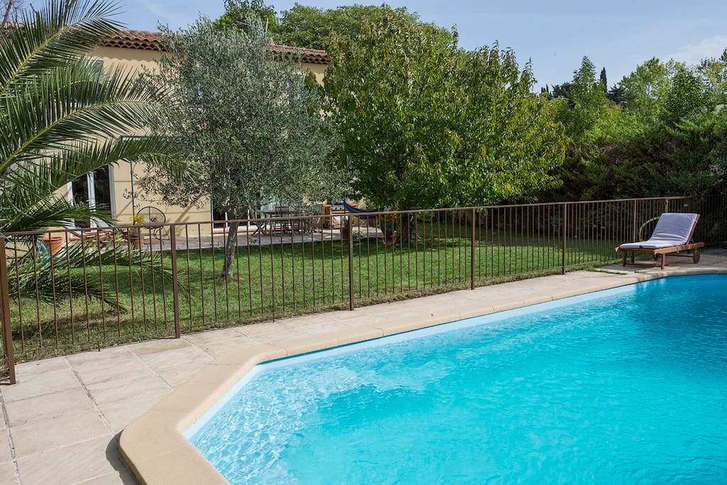 Villa au calme avec jardin et piscine houses for rent in for Au jardin guest house welkom