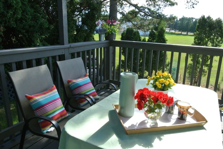 Maplewood Private Suite,sunny deck(downtown 6.7km)