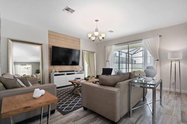 Luxury 6 bedroom home - Storey Lake