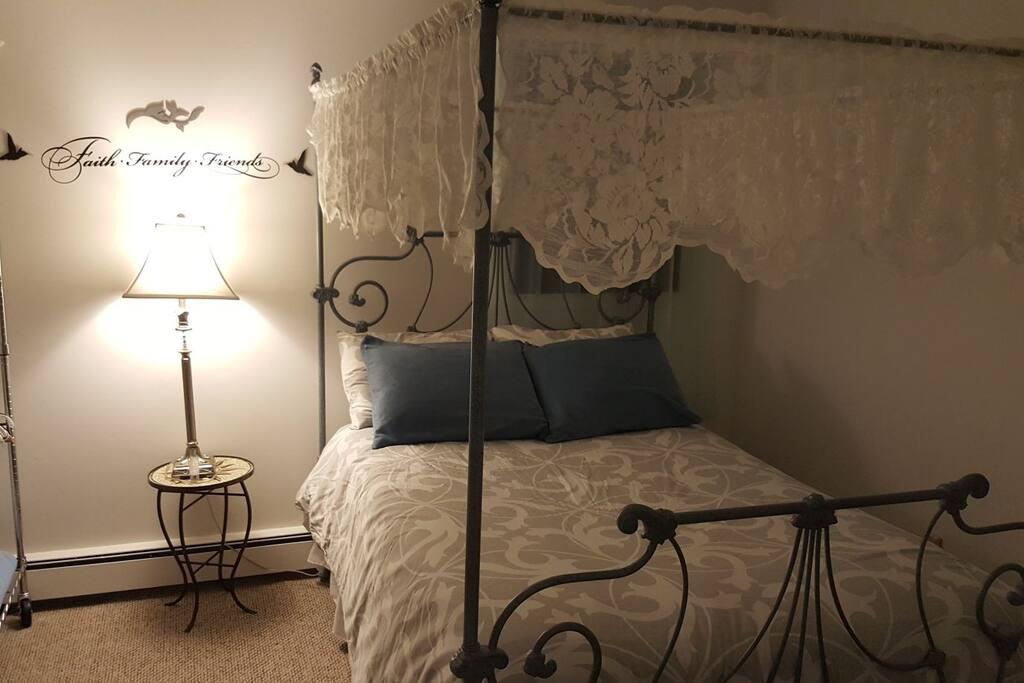 second bedroom, queen bed,