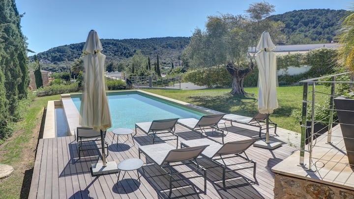 Luxury modern villa, gated pool & garden, WiFi