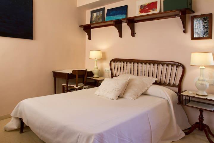 acogedora habitación con vistas al mar