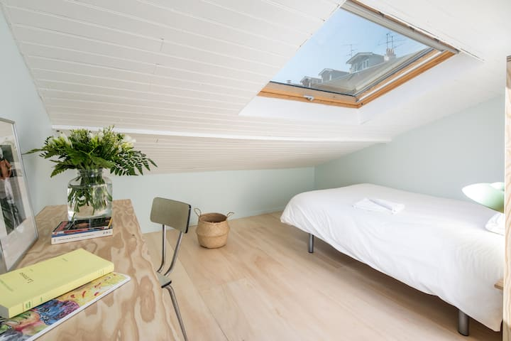 Charming attic bedroom - M'en bati