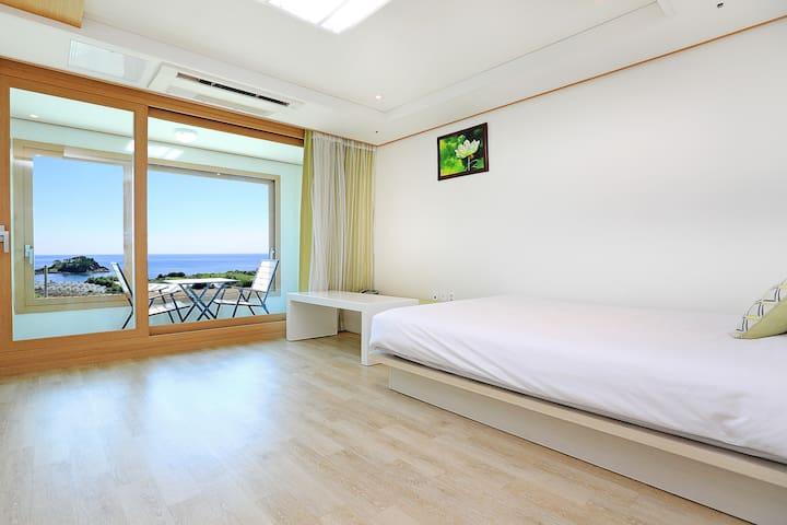 """서건도(""""모세의기적"""")와 범섬이 보이는 마린포트리조트 17평양실룸"""