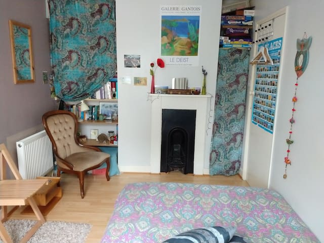 Cosy, Quiet,Small Double Room 20mns walk to centre