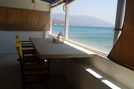 BEACH HOUSE 2 FLOORS - LIVING ON THE SEA SAMOS ISL - Ormos Marathokampou - Hus