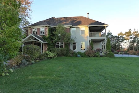 Gorgeous Farm setting, minutes from Port Hope - Loft