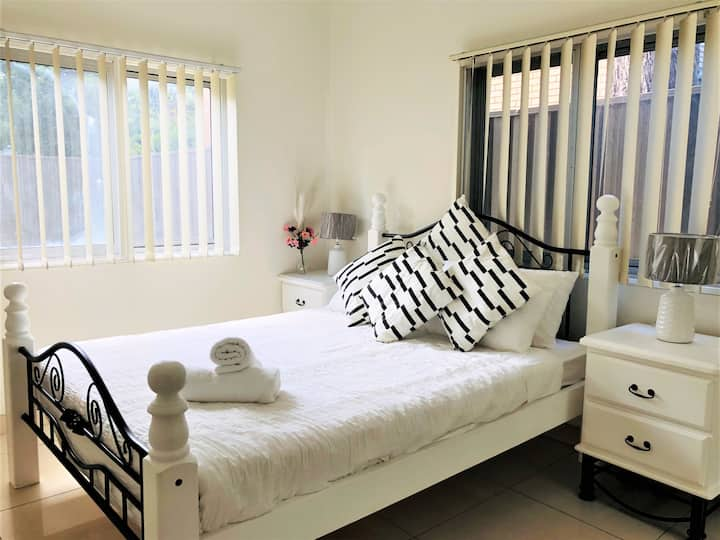 Sunny Private Room w/ Queen Bed Closed to Airport