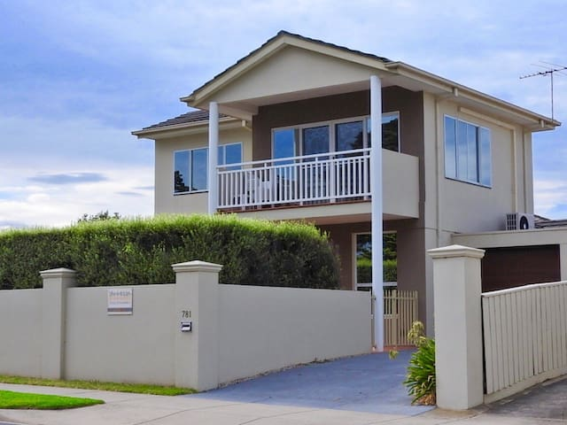 Bayview-100meters to Main Street .Location perfect