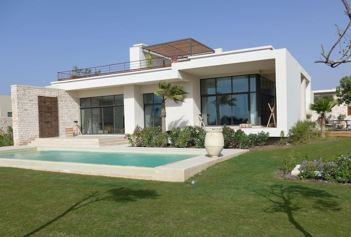 Exceptional villa of 400m2 with domestic employee