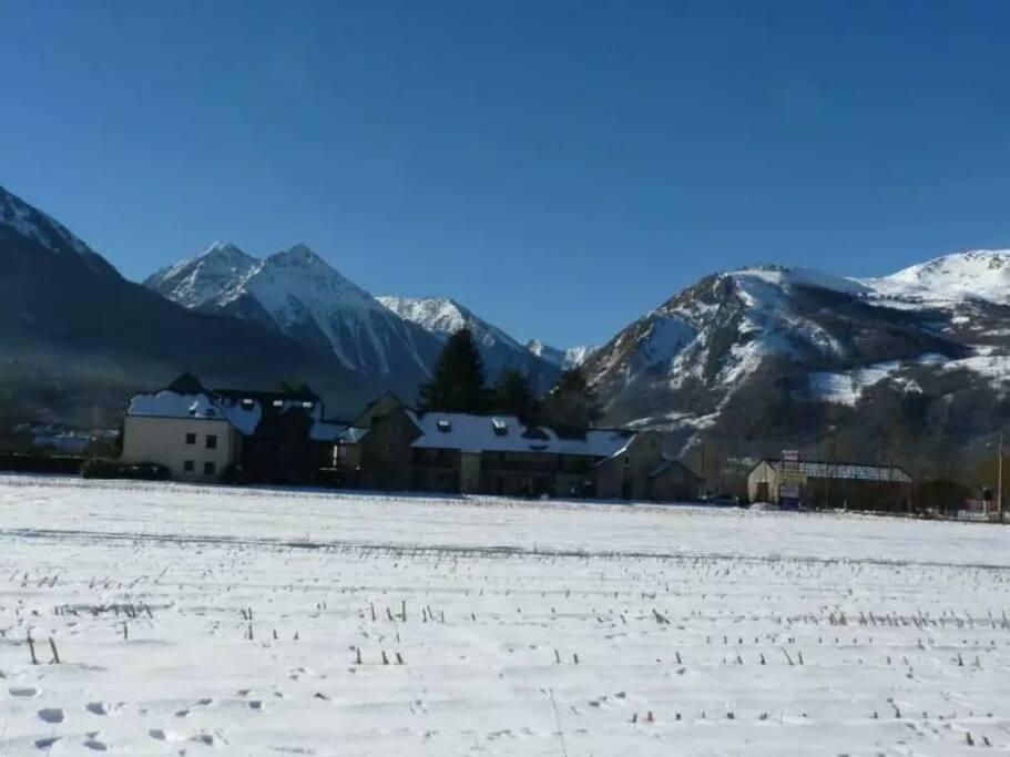 vue panoramique de la vallée  (location de ski ,resto et forfait en face à 2 min à pied)