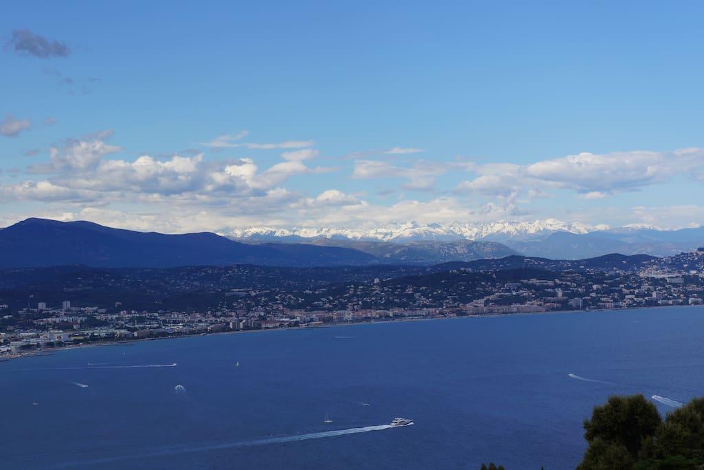 Vue sur baie de Cannes et montagnes