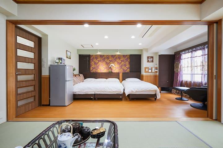 一张超大双人床,可睡3人,另外一个单人床。中央空调,非常安全,厨房在床边上的门后