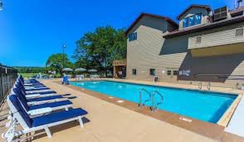 Lake Panorama Condo w/ kid extras golf pool!