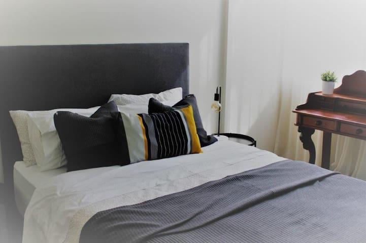 master queen bed - en-suite