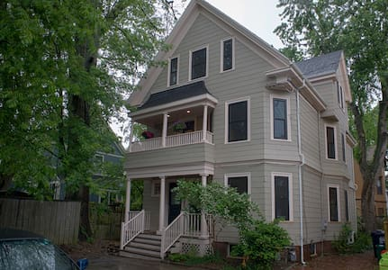 Charming  quiet  apt: renovated 2 BR 4 blocks to T