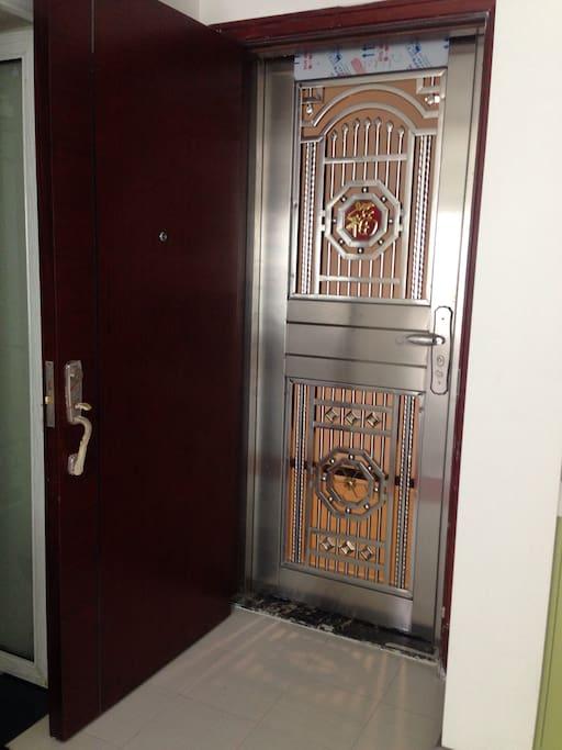 豪华款加厚防盗门,在家打开木门通风又安全。