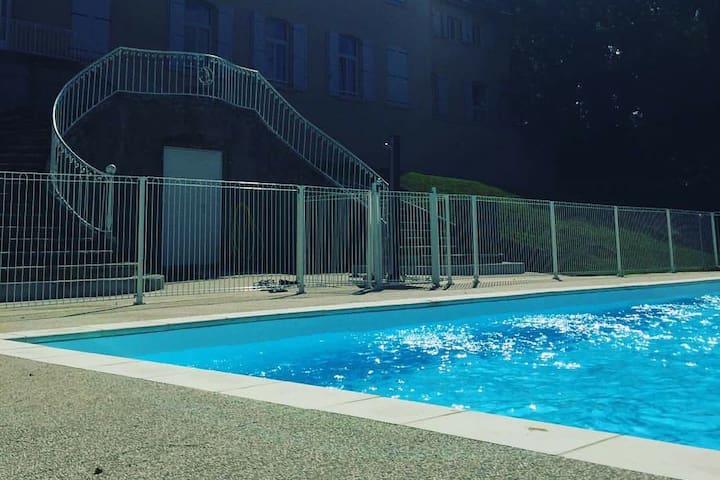 Studio neuf design avec piscine