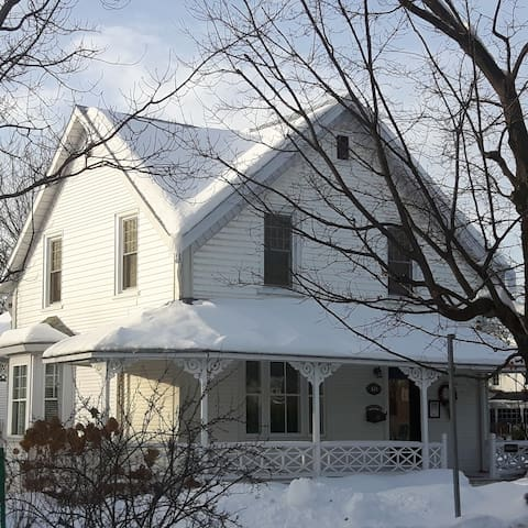 Charming English Cottage-In the heart of Magog