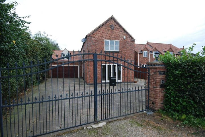 5 bedroom house in the  village of Collingham