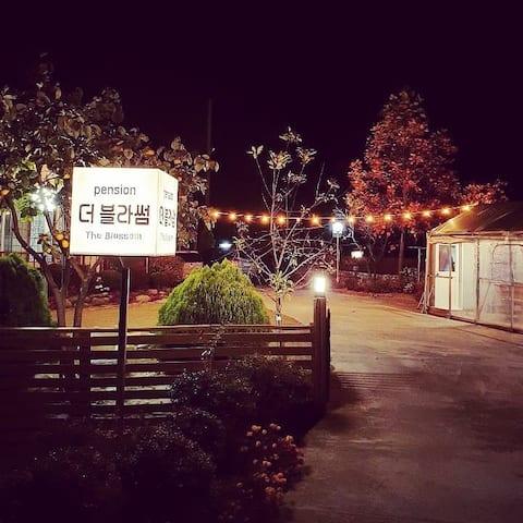 [Double Blossom]  Vi driver bare én grill på 5 minutter til fots fra Gangneung-dokcha Solo Pension.