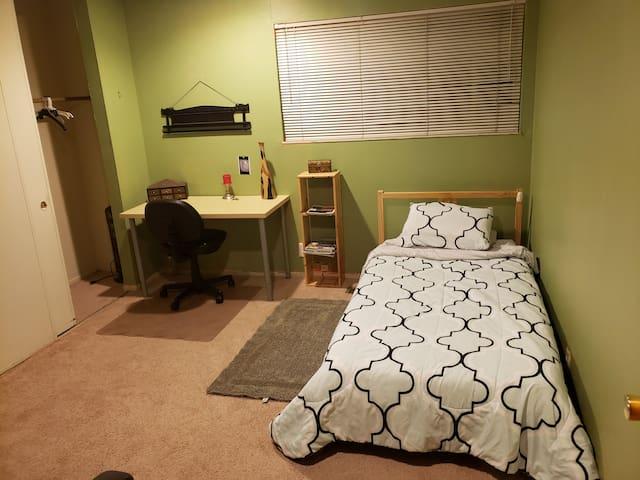 Cozy room in large condo! Convenient parking.