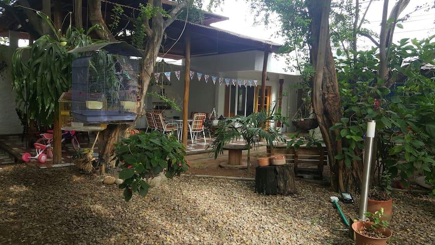 Habitación en casa campestre armonioso contraste