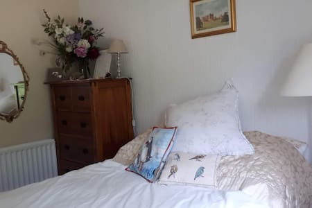 Room in quiet, cosy cottage, 10 mins from beaches.