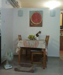 bedroom in quiet neighborhood - Nesher - Appartamento