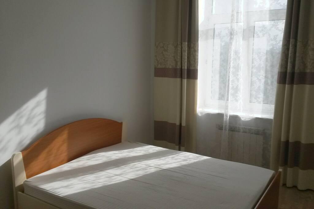 В спальне достаточно места, чтобы поставить детский раскладной манеж и разместить надувную кровать