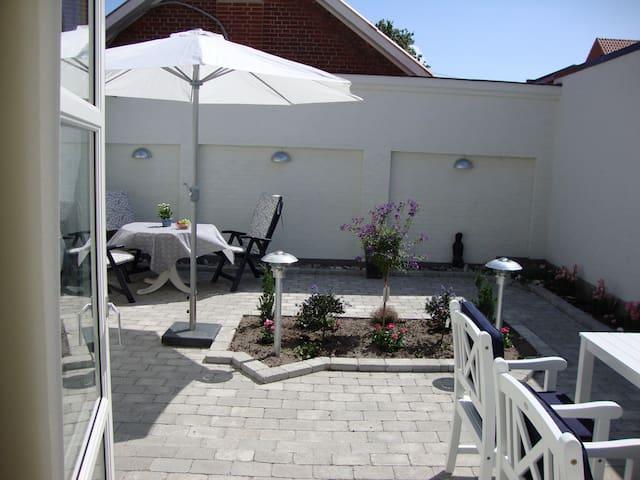 Bo Bedst feriebolig m/egen gårdhave lige i centrum - Juelsminde - Apartamento