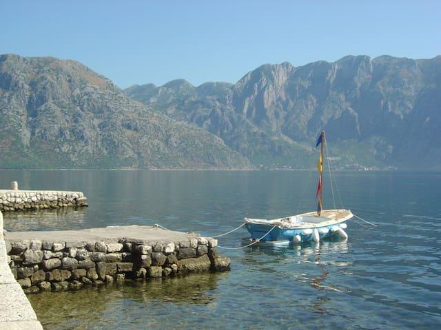 Kotor fiord lovely waterfront villa 6-14 guests!! - Prčanj - Villa