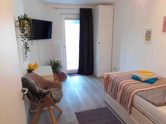 Schickes Zimmer mit Sauna & Pool, Küche -Zentral!