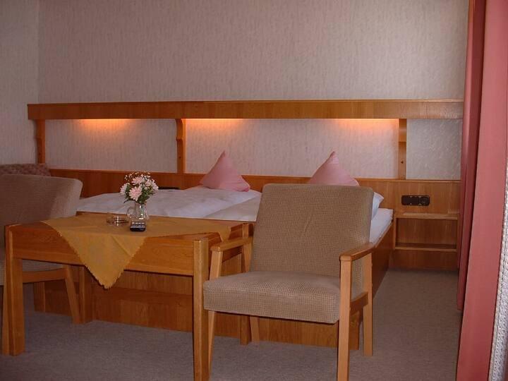 Gasthof Appartementhaus Söll'n (Lam), Vierbettzimmer mit Balkon (2 Erwachsene, 2 Kinder) mit getrenntem Kinderzimmer