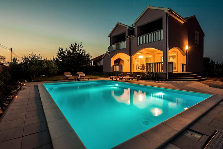 All New⭐AC, Pool, Parking, ⭐Beds in 3BD. Private