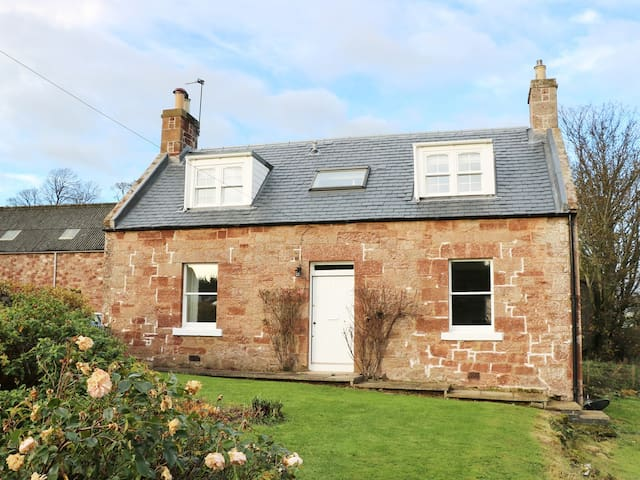 THE GRIEVES COTTAGE, family friendly in Gifford, Ref 971573