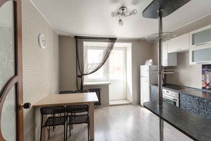 Просторная, светлая кухня со всем необходимым для приготовления и приема пищи