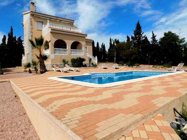 Amazing 4-Bedroom Detached Air-Conditioned Villa