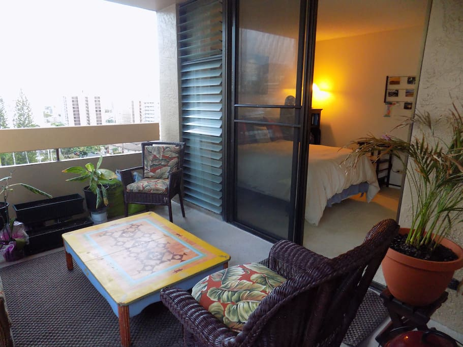 This is usually our guest's favorite area! You have a place to relax, maybe have a drink, while-enjoying the cross-breeze and a view towards the ocean and Diamond Head.