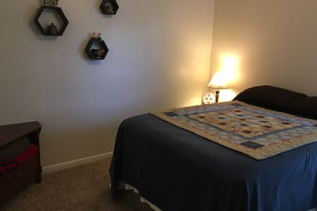 Comfy room and bed with full private bath - College Station - Hus